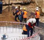 Dziewięciu robotników pracujących przy fundamentach pylonu przebudowywanego amfiteatru w Gorzowie