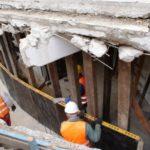 Czterech robotników pracujących przy fundamentach pylonu przebudowywanego amfiteatru w Gorzowie